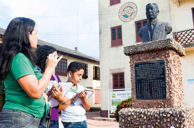 Diante do busto de Hatiro Fukuhara, os alunos fizeram registros do que observaram. Rafael Araújo
