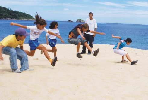 Treinamento: a turma se aprimora no salto em distância sob o olhar atento de José Carlos