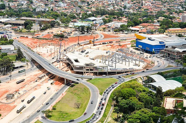 Belo Horizonte. O Bus Rapid Transit (BRT), modelo de transporte com faixas de circulação exclusiva, estações e ônibus, é uma das sete obras de mobilidade urbana em andamento na cidade. O projeto ainda inclui duas novas avenidas e uma central de monitoramento de trânsito.
