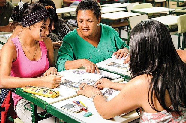 A leitura de textos do livro didático e a troca de ideias ajudaram a revisar as hipóteses. Ramón Vasconcelos