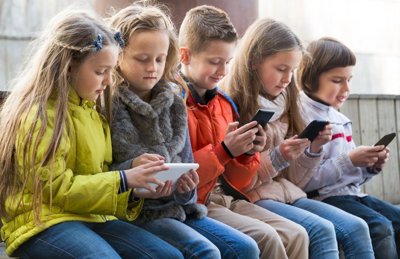 Crianças com celular