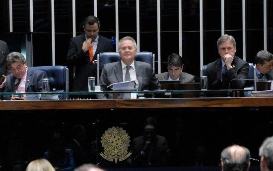 Vista de cima do Senado Federal em votação da PEC 55. O foco está em Renan Calheiros