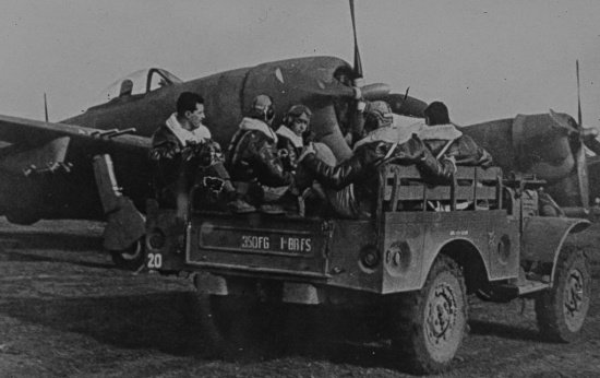 Soldados brasileiros dentro de um carro aberto prontos para embarcar no avião