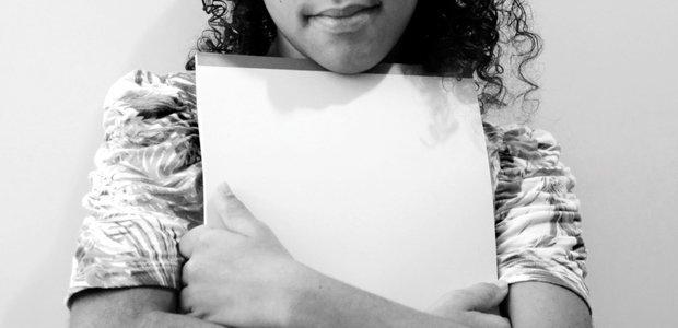 Fora da escola desde 2013, Luana* quer aprender a escrever, como as outras crianças. Foto: Sérgio Ruiz
