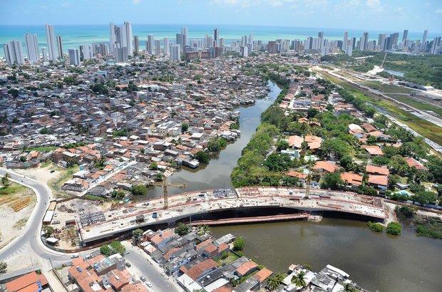 A Via Mangue é um dos projetos de mobilidade da capital pernambucana. Será a primeira avenida expressa da cidade e terá faixas para veículos, calçadas para pedestres e ciclovia. A obra engloba a construção de elevados, pontes e o alargamento de ruas. Foto: Rafael Bandeira